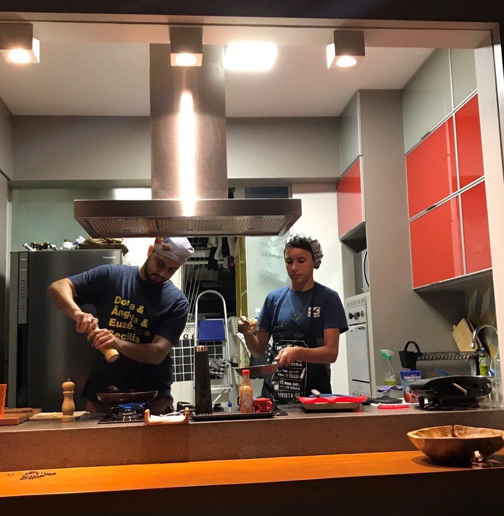 Caio e Vini cozinhando!